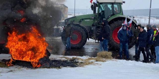 Rolnicy mają dość. Ponownie zablokowali rondo pod Strykowem
